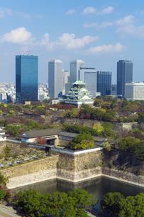 秋の大阪城とビジネスパークの町並みの素材 [FYI00026298]