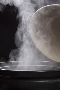 土鍋の湯気の写真素材 [FYI00026299]