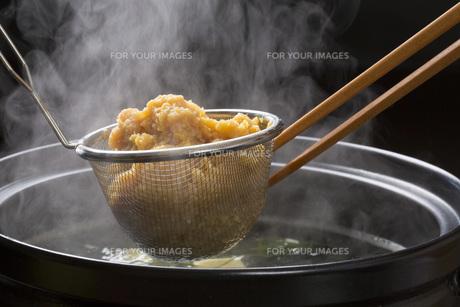 米味噌をとぐの写真素材 [FYI00026340]