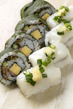 いか握り寿司と高菜の巻き寿司の写真素材 [FYI00026624]