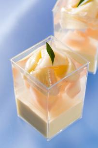 桃のカップゼリーの写真素材 [FYI00026632]