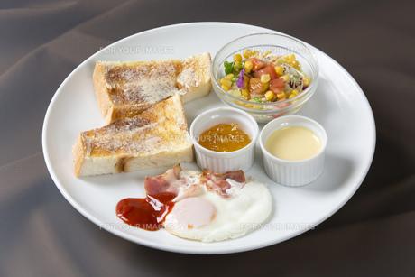 ベーコンエッグトーストの朝食の素材 [FYI00026771]