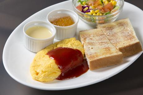 オムレツとパンの朝食の写真素材 [FYI00026781]