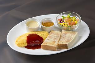 オムレツとパンの朝食の素材 [FYI00026783]