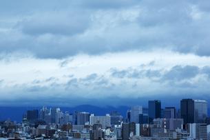 台風が近づく町並みの写真素材 [FYI00026789]