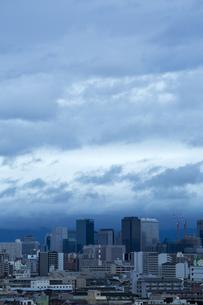 台風が近づく町並みの写真素材 [FYI00026801]
