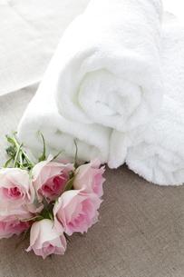 薔薇と白いタオルの写真素材 [FYI00027041]