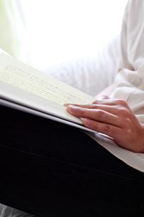 本と手の写真素材 [FYI00027102]