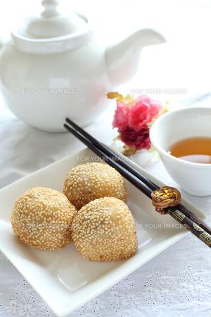 ごま団子の飲茶イメージの写真素材 [FYI00027186]