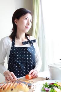キッチンに調理中の主婦の素材 [FYI00027210]