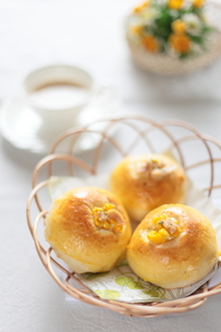 コーンとツナの自家製パンの写真素材 [FYI00027252]