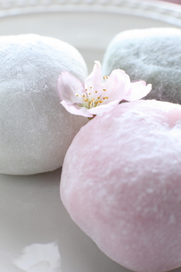 春の三色大福の写真素材 [FYI00027289]