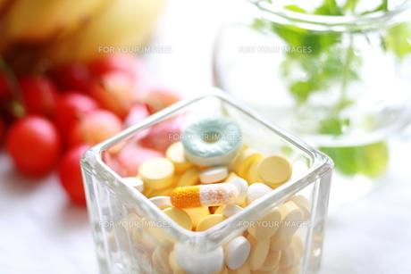 フルーツとビタミン剤の素材 [FYI00027323]