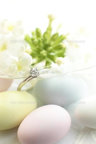 アーモンドドラジェと婚約指輪の写真素材 [FYI00027394]