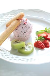 苺のアイスとビスケットの素材 [FYI00027510]
