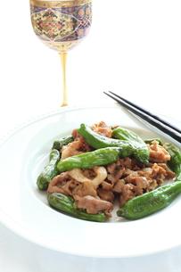 獅子唐と肉の炒め物の写真素材 [FYI00027518]