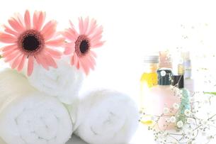 基礎化粧品とタオルの写真素材 [FYI00027544]