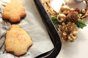 焼きたてのクリスマスクッキーの写真素材 [FYI00027578]