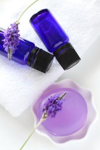 ラベンダーのアロマ石鹸の写真素材 [FYI00027899]