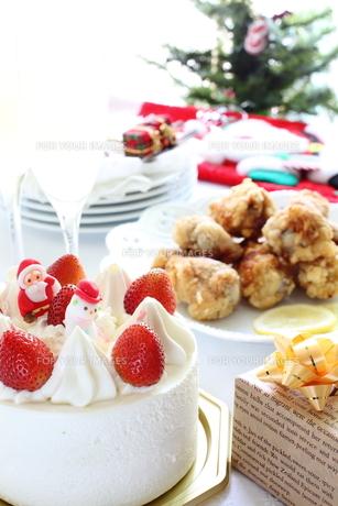 クリスマスケーキとフライドチキンの写真素材 [FYI00027936]