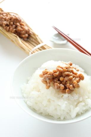 わら納豆ご飯の写真素材 [FYI00027996]