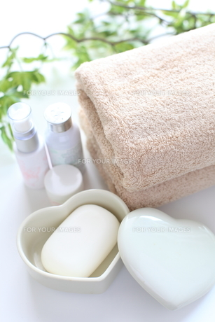 基礎化粧品とタオルの素材 [FYI00028110]