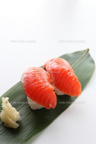 お寿司のサーモンの素材 [FYI00028122]