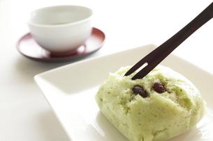 抹茶と小豆の蒸しケーキの写真素材 [FYI00028245]
