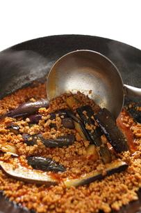 麻婆茄子の調理シーンの写真素材 [FYI00028380]