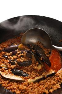 麻婆茄子の調理シーンの写真素材 [FYI00028408]