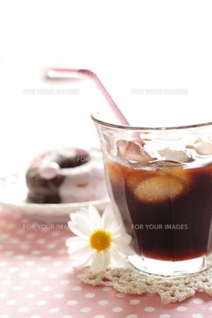 アイスコーヒーとドーナツの素材 [FYI00028449]