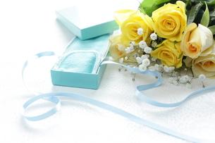 バラの花束とプレゼントの写真素材 [FYI00028541]