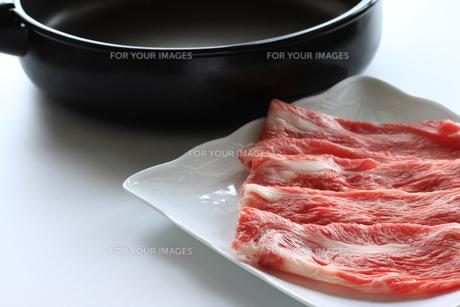 黒毛和牛とすき焼き鍋の写真素材 [FYI00028703]