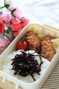牡蠣フライと胡麻昆布のお弁当の素材 [FYI00028954]
