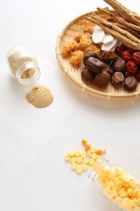 漢方製薬対西洋医学の写真素材 [FYI00029098]
