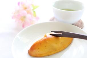 スイートポテトと緑茶の写真素材 [FYI00029143]