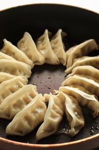 焼き餃子の調理シーンの写真素材 [FYI00029156]