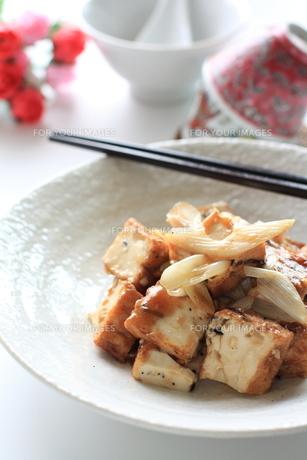 中華料理の揚げ豆腐とねぎの炒め物の素材 [FYI00029172]