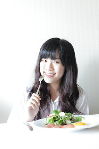 朝食中の女子高生の素材 [FYI00029220]