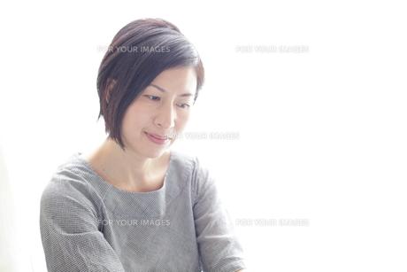 40代の主婦のポートレートの素材 [FYI00029251]