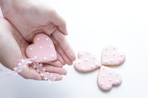 ハート型クッキーと少女の手の素材 [FYI00029270]