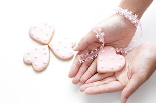 ハートクッキーと少女の手の素材 [FYI00029274]
