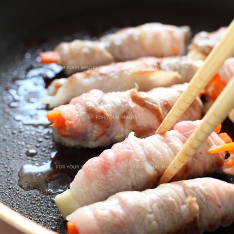 人参の豚肉巻きの調理シーンの写真素材 [FYI00029307]