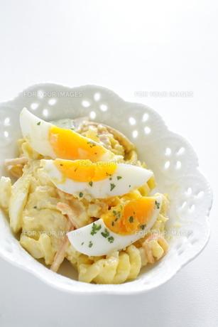 茹で卵とマカロニサラダの素材 [FYI00029416]
