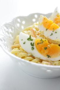 ゆで卵とマカロニサラダの素材 [FYI00029443]