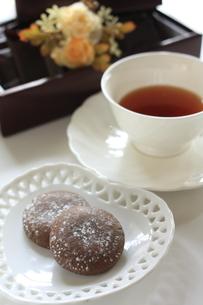 お中元のチョコクッキーと紅茶の写真素材 [FYI00029459]