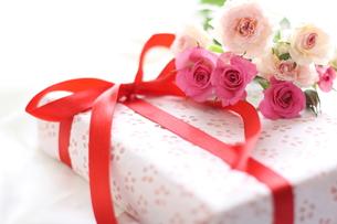 バラとプレゼントの背景用イメージの写真素材 [FYI00029462]