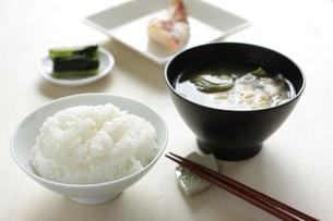 焼き魚と味噌汁の朝食の写真素材 [FYI00029532]