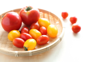 自家栽培の不揃いトマトの写真素材 [FYI00029533]