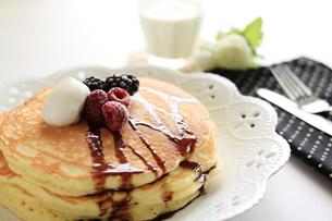 ラズベリーのホットケーキの写真素材 [FYI00029541]